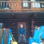 自身の山小屋の前でコマネチするダックス