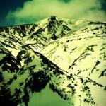 山形側から熊野岳。向かってピーク右側からドロップ。