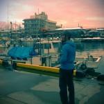 途中の漁港で黄昏れる同行したカメラマンのOta-man。