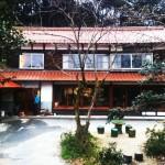 江津にある古民家を改装したカフェ「風のえんがわ」。赤い瓦が素敵。